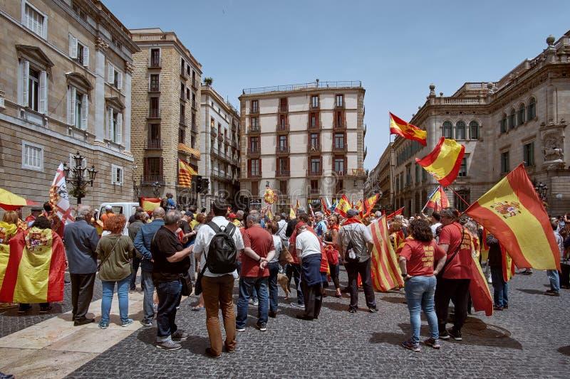 Barcelona, España - mayo, 27 2018: Catalanes que agitan las banderas de Estelada durante la marcha para la independencia que prot imagen de archivo