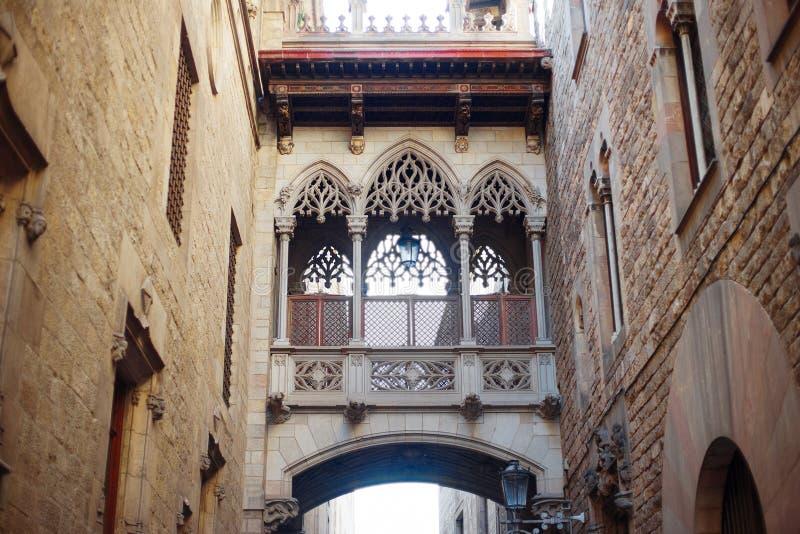 Barcelona, España - puente de suspiros en el distrito viejo de Barri Gotic de la ciudad foto de archivo libre de regalías
