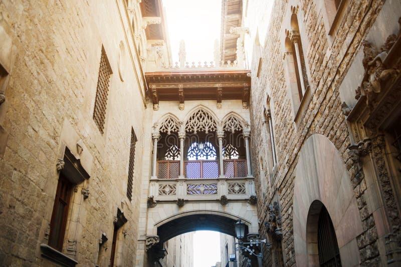 Barcelona, España, puente en la calle de Carrer del Bisbe, Barri Gotic imagenes de archivo