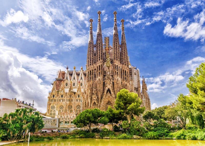 BARCELONA, ESPAÑA - SEPTIEMBRE 15,2015: Sagrada Familia en barra imagen de archivo libre de regalías