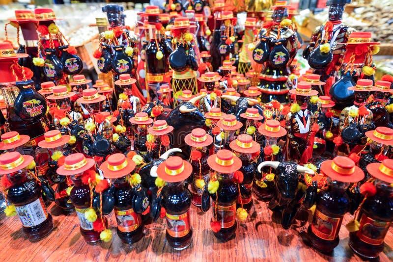 BARCELONA, ESPANHA - 28 DE ABRIL: As garrafas da sangria no Boqueria introduzem no mercado o 28 de abril de 2016 em Barcelona, Es foto de stock royalty free
