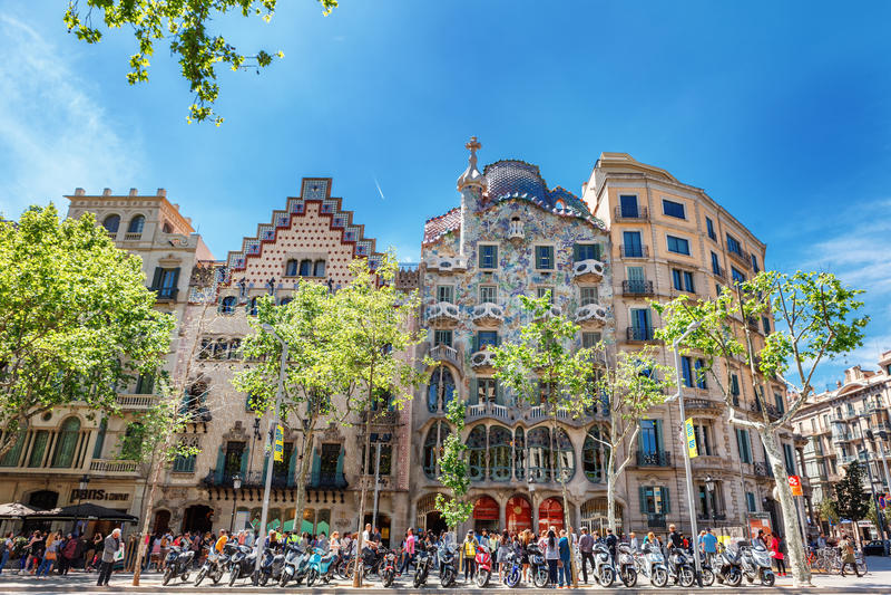 Barcelona, Espanha - 18 de abril de 2016: Illa de la Discordia Casa Batllo da fachada, Lleo Morera, Rocamora, Amatller no distrit imagem de stock royalty free