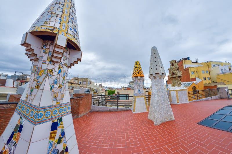 BARCELONA, ESPANHA - 28 DE ABRIL: Telhe o terraço do palácio de Palau Guell o 28 de abril de 2016 em Barcelona, Espanha imagem de stock