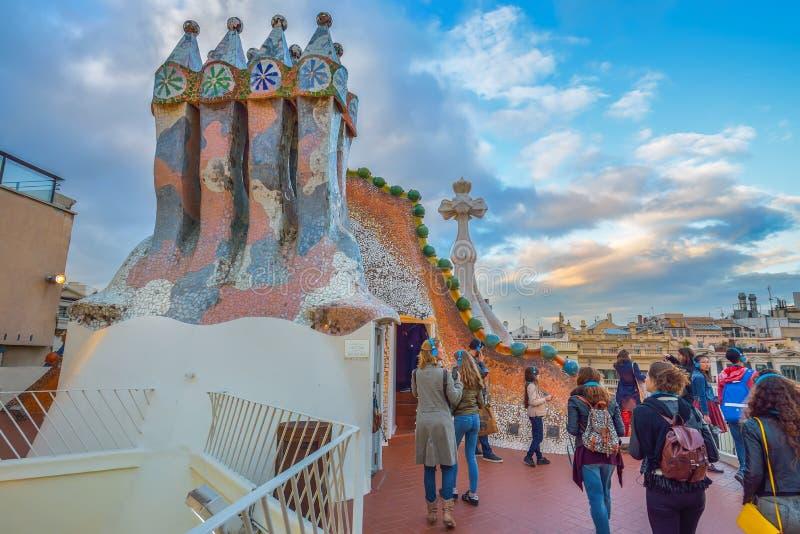 BARCELONA, ESPANHA - 28 DE ABRIL: Turistas no terraço do telhado da casa Batllo o 28 de abril de 2016 em Barcelona, Espanha fotografia de stock royalty free