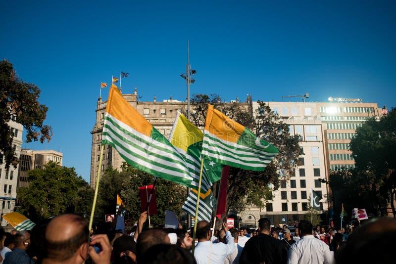 Barcelona, Espanha - 10 de agosto de 2019: As bandeiras do Kashmiri durante o protesto e o demonstratio contra o governo índio re fotografia de stock royalty free