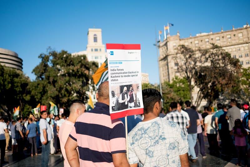 Barcelona, Espanha - 10 de agosto de 2019: Kashmir e os nacionais paquistaneses protestam e demonstram contra o indiano revogam d imagens de stock royalty free
