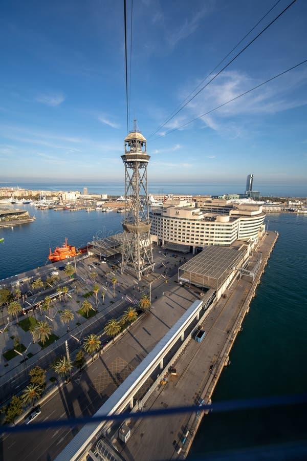 Barcelona, Espanha - 4 de dezembro de 2019: As torres do teleférico em Barcelona capturaram do teleférico em nivelar a luz foto de stock royalty free