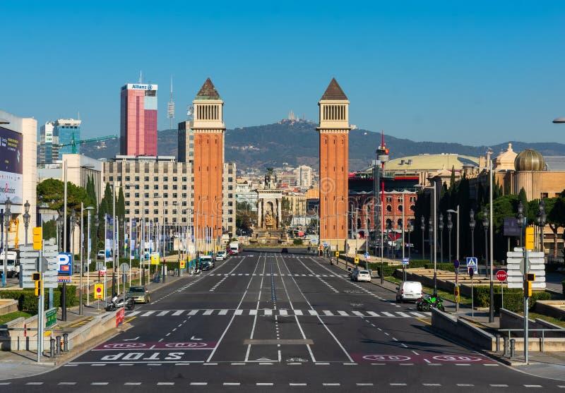 Barcelona, Espanha - 23 de fevereiro de 2019: Ideia das torres Venetian em Barcelona com rua vazia, dos moutains na parte traseir imagens de stock