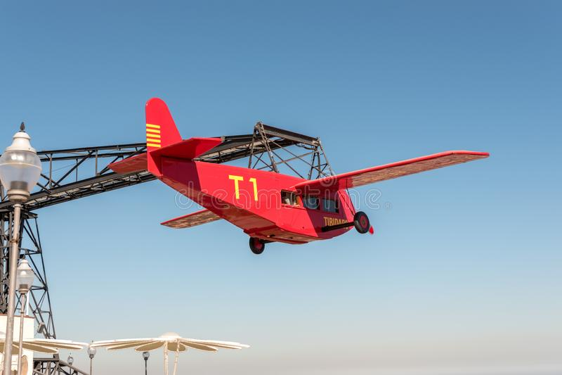Barcelona, Espanha - 15 de março de 2019: O passeio icônico do avião do EL Avio no parque de diversões de Tibidabo na montagem Ti fotos de stock royalty free