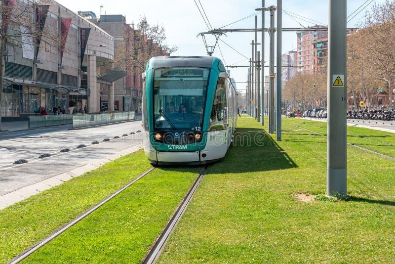 BARCELONA, ESPANHA - 16 de março de 2019: Vista do bonde moderno na cidade Barcelona imagens de stock royalty free