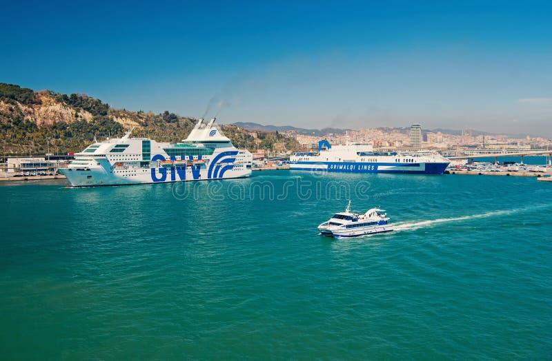 Barcelona, Espanha - 30 de mar?o de 2016: forros de oceano GNV e linhas de Grimaldi no porto mar?timo Destino e viagem do forro d foto de stock royalty free