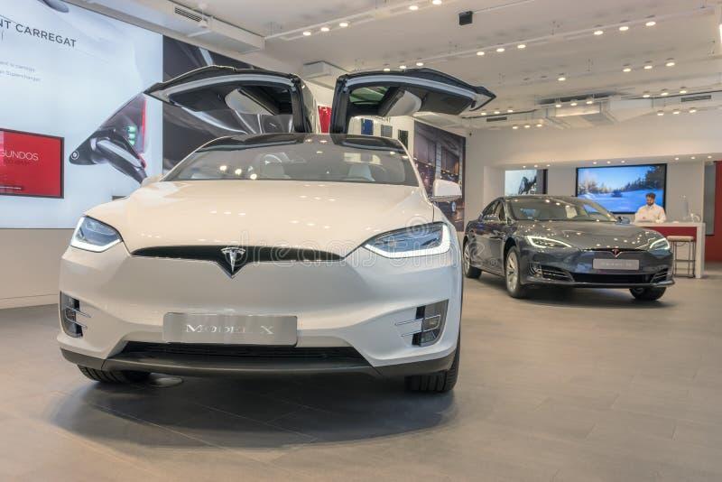 Barcelona, Espanha - 14 de mar?o de 2019: Loja dos carros de Tesla perto da rua luxuosa da compra de Passeig de Gracia com modelo imagens de stock royalty free