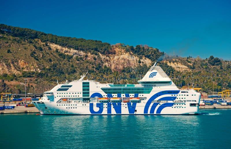 Barcelona, Espanha - 30 de mar?o de 2016: raps?dia Genebra do navio de cruzeiros GNV no mar na paisagem da montanha Destino do cr fotografia de stock royalty free