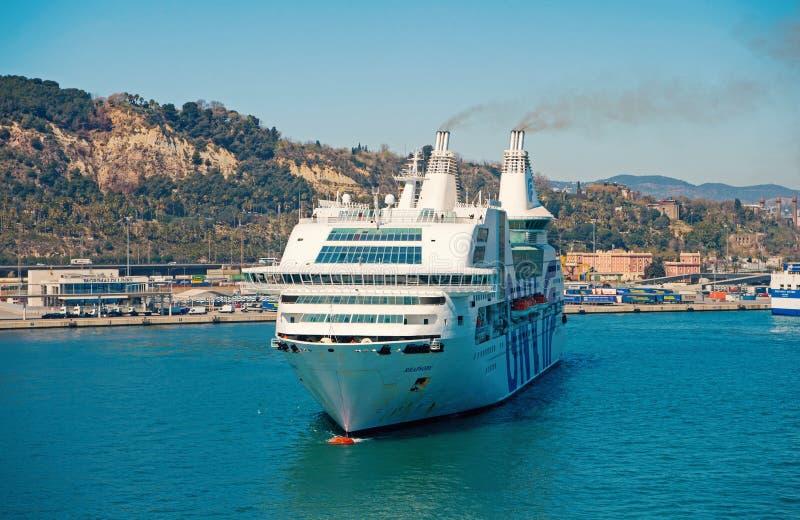 Barcelona, Espanha - 30 de mar?o de 2016: raps?dia Genebra do navio de cruzeiros GNV no porto Viagem do destino do navio de cruze foto de stock royalty free