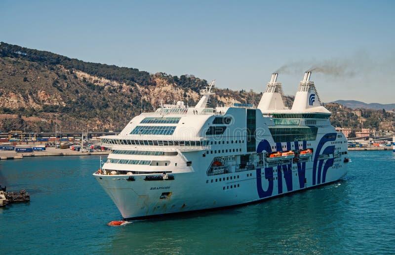 Barcelona, Espanha - 30 de mar?o de 2016: raps?dia Genebra do navio de passageiro GNV no porto Destino e viagem do cruzeiro sobre imagens de stock royalty free