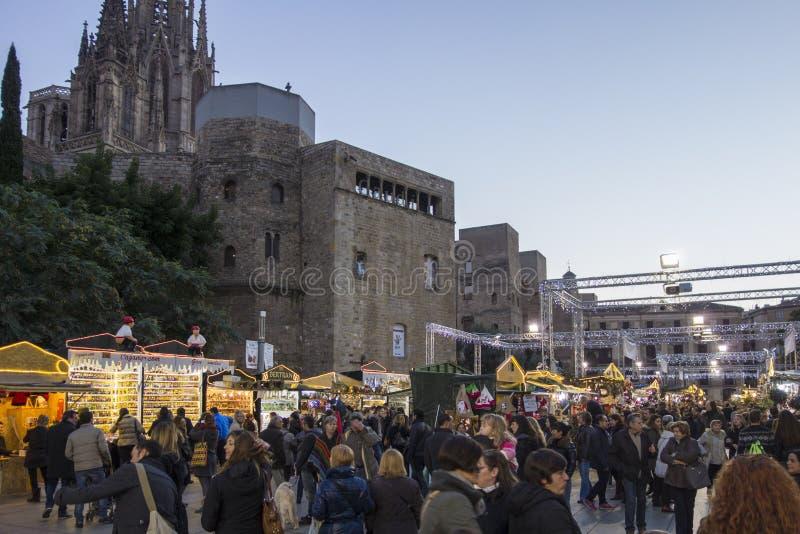 Barcelona, Espanha - 28 de novembro de 2015: Suportes com os presentes do Natal em Barcelona, Espanha Fira de Santa Llucia - merc imagens de stock