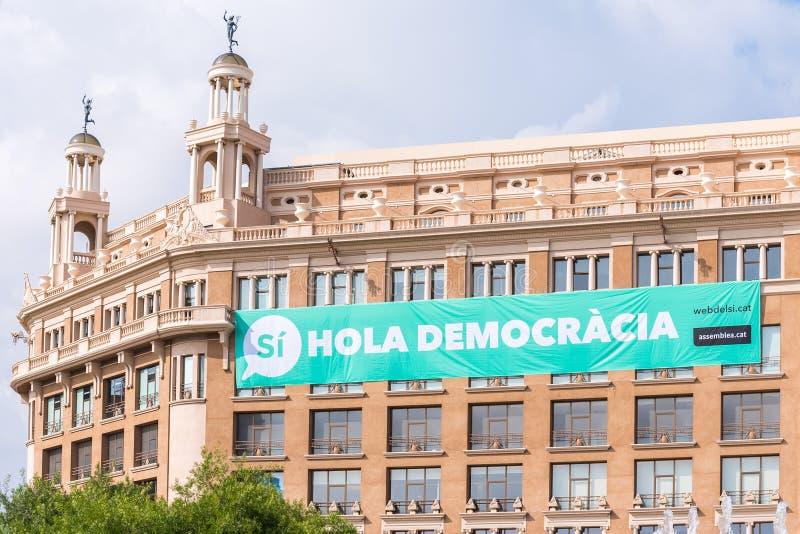 BARCELONA, ESPANHA - 3 DE OUTUBRO DE 2017: Vista da construção com um cartaz O referendo na independência, Barcelona, Catalonia,  foto de stock royalty free