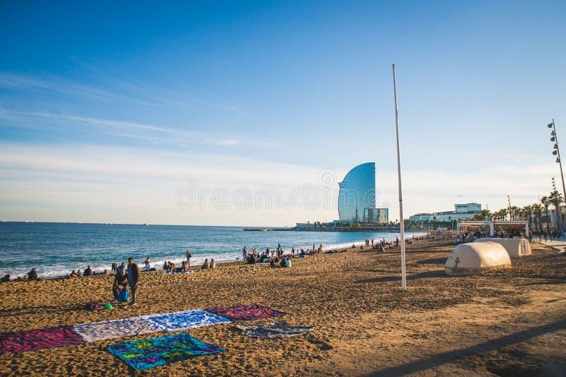 Barcelona, Espanha - 24 11 2018: Dia ensolarado na praia de Barceloneta no outono fotos de stock