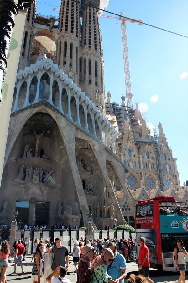 Barcelona, Espanha, em agosto de 2016 Turistas e ônibus numerosos na frente da catedral da família santamente imagem de stock