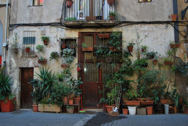 BARCELONA, ESPANHA - EM DEZEMBRO DE 2017: Fachada de uma casa na cidade velha em Barcelona, sempre completa com plantas fotos de stock royalty free