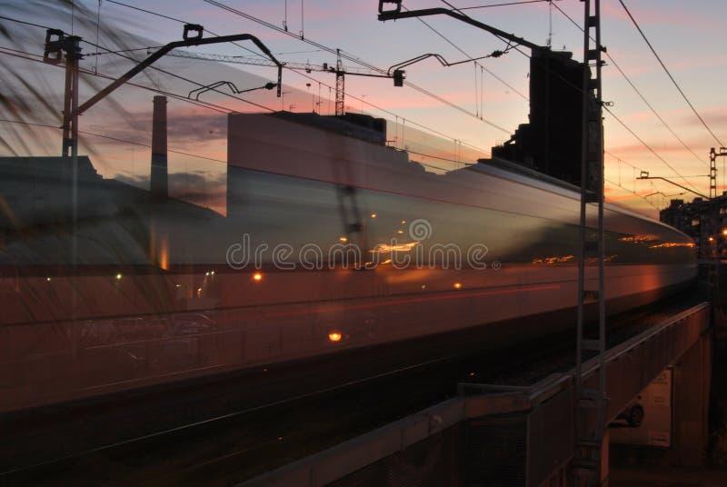 BARCELONA, ESPANHA - EM NOVEMBRO DE 2017: Trem regional que desvanece-se afastado passando com Hospitalet que reflete as luzes de foto de stock royalty free