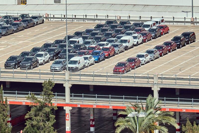Barcelona, Espanha - maio, 27 2018: Carros de Reno estacionados no porto de Barcelona imagem de stock royalty free