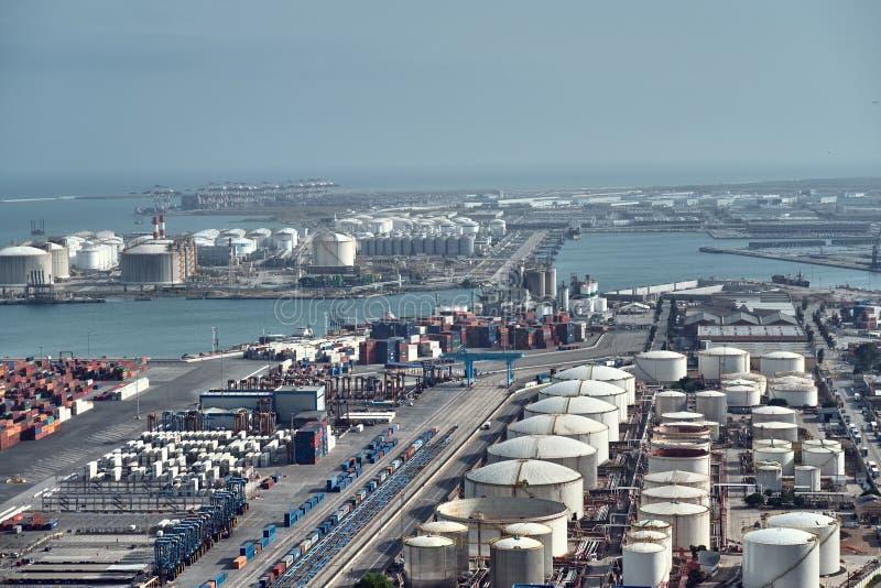 Barcelona, Espanha - maio, 27 2018: vista aérea aos tanques de armazenamento do óleo e aos recipientes de carga no porto de Barce fotos de stock