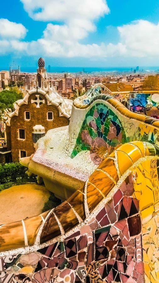 barcelona guellpark Mosaiskt vägg- och pepparkakahus arkivbilder