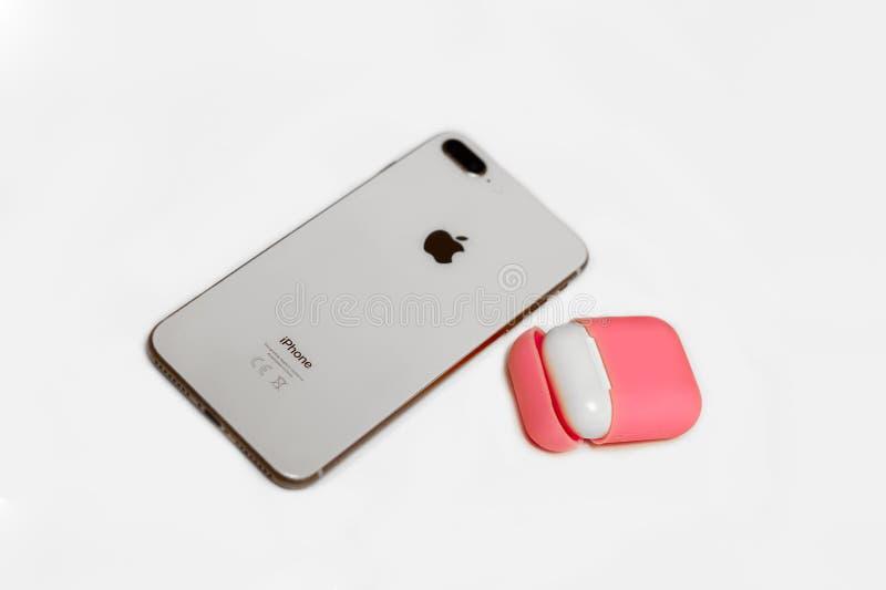 Barcelona Hiszpania, Jan, - 2019: Małe białe słuchawki z ładowarki pudełkiem w jaskrawym menchii pokrywy pudełku, telefon komórko zdjęcie royalty free