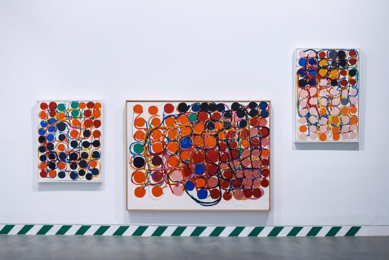 Barcelona Hiszpania, Kwiecień, - 21, 2016: Exhibiton abstrakcjonistyczna sztuka w Antoni Tapies podstawie w Aragon zdjęcia stock