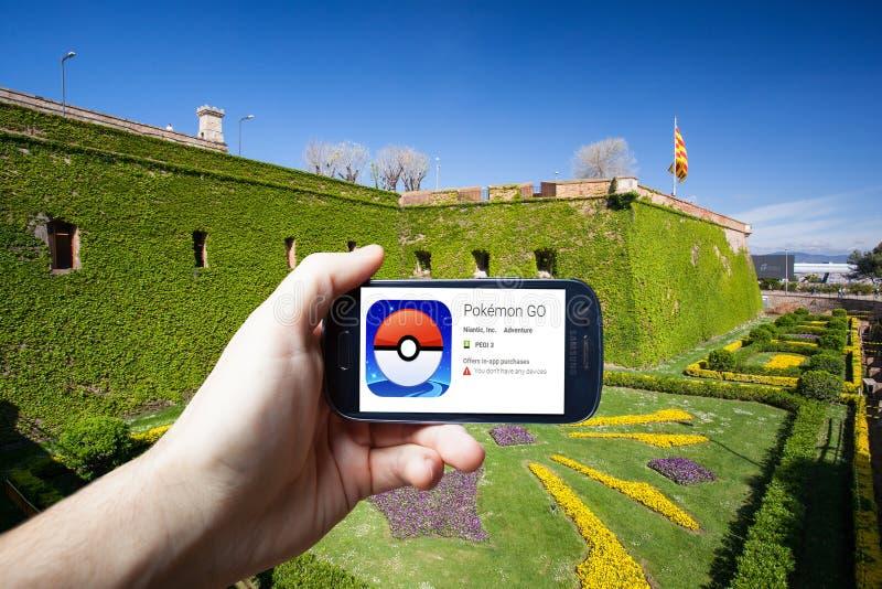 Barcelona Hiszpania, Lipiec, - 24: Androidu użytkownik przygotowywa instalować Pokemon Iść, sztuka zwiększająca rzeczywistości mo obraz stock