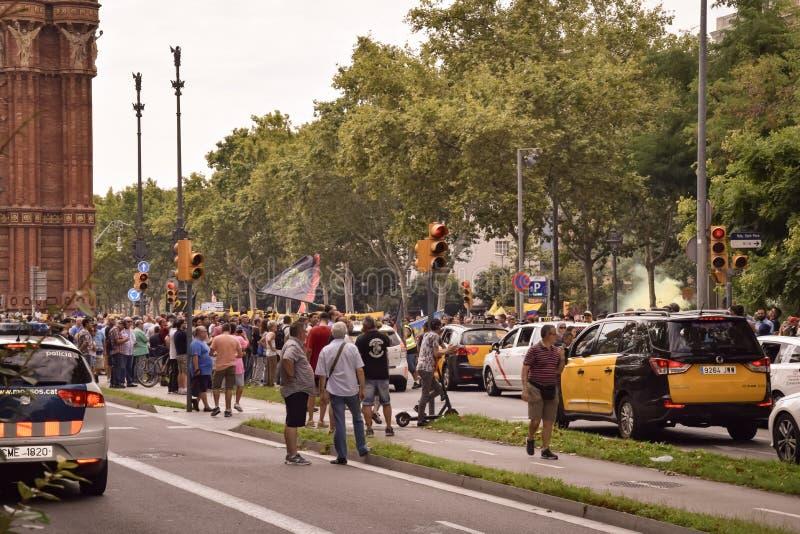 Barcelona Hiszpania, Lipiec, - 25, 2018: Taxidrivers demonstrują przeciw niesprawiedliwości z plakatami, flaga i dymną bombą, obrazy royalty free