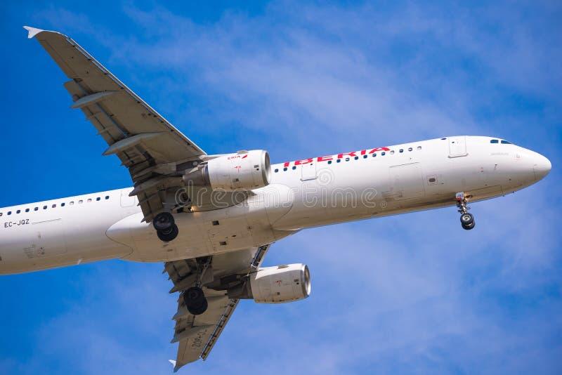 BARCELONA HISZPANIA, SIERPIEŃ, - 20, 2016: Iberia linii lotniczych płaski przyjeżdżać przy lotniskiem na rozkładzie Odizolowywają fotografia royalty free