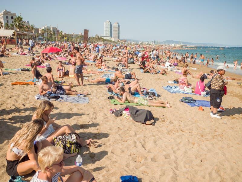 Barcelona Hiszpania, Sierpień, - 5, 2018: Miasto plaża, 400 metrów tęsk, ja jeden 10 najlepszy miastowych plaż świat turyści obrazy stock