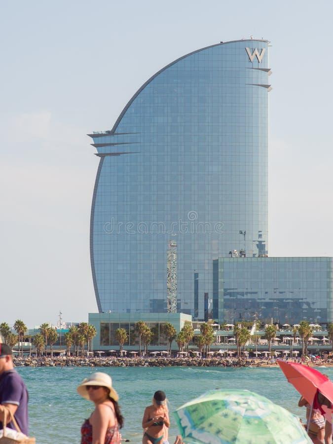 Barcelona Hiszpania, Sierpień, - 5, 2018: Nowożytny budynek w postaci żagla obok miasto plaży Turysty odpoczynek wzdłuż obraz royalty free
