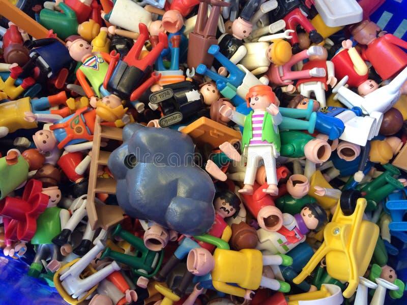 Barcelona, Hiszpania - 21 2016 Sierpień: Uliczna sprzedaż używać zabawek miniatury bawi się i modeluje na pchli targ obraz royalty free
