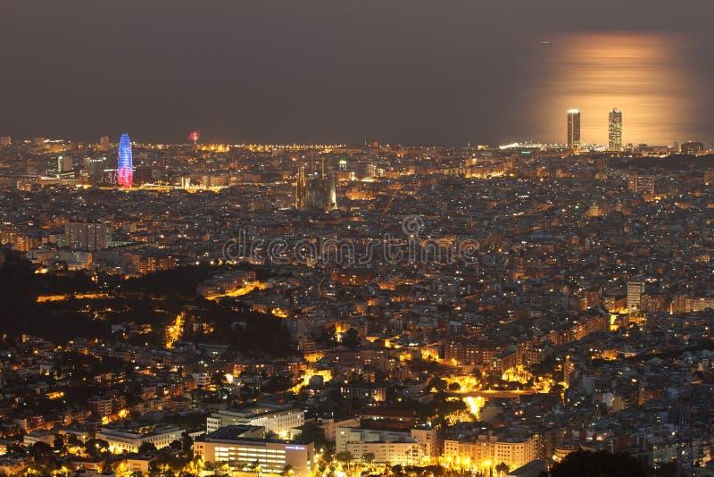 Barcelona horisont på natten royaltyfria bilder