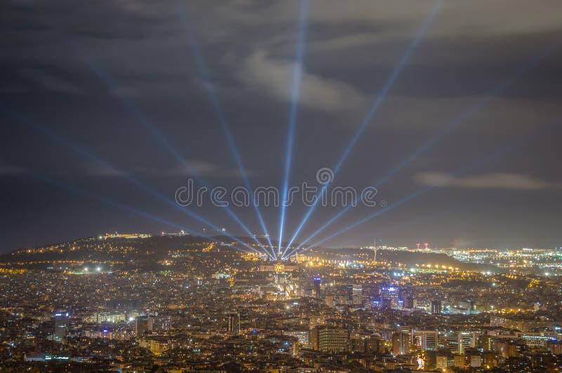 Barcelona horisont på natten från Tibidabo arkivfoto