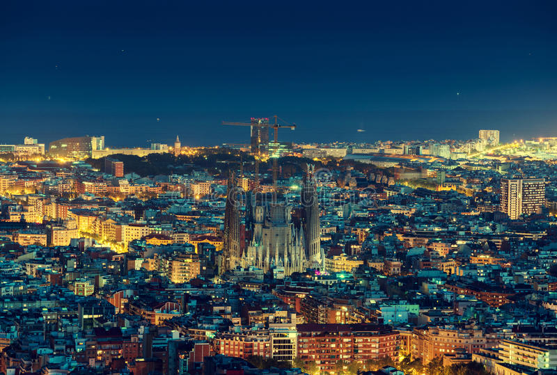 Barcelona horisontpanorama på natten, Spanien royaltyfri foto