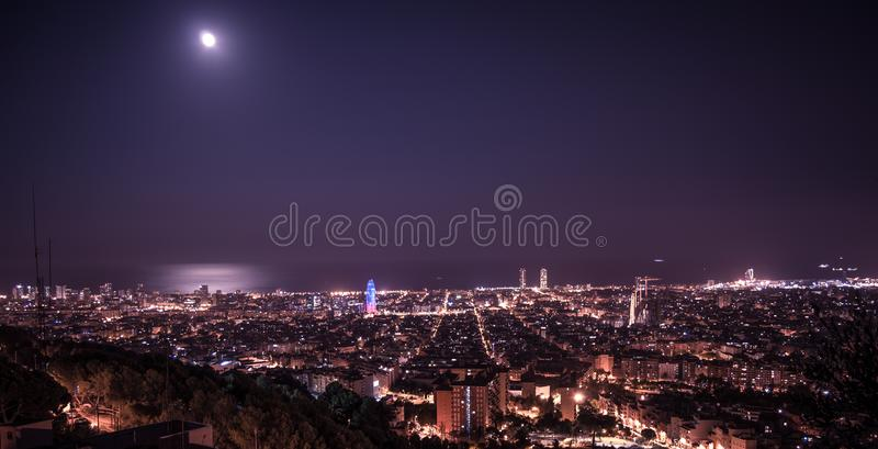 Barcelona horisontpanorama p? natten fr?n Turo Rovira, Catalonia, Spanien arkivfoto
