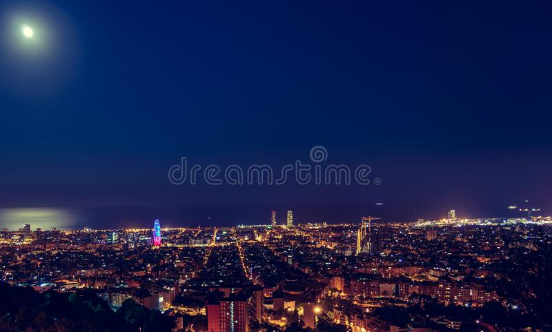 Barcelona horisontpanorama p? natten fr?n Turo Rovira, Catalonia, Spanien royaltyfria bilder