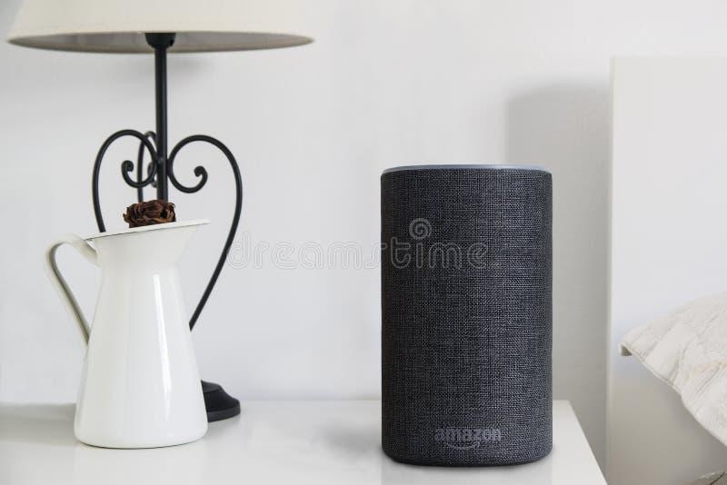 BARCELONA - JANUAR 2019: Sprecher Amazonas Alexa Smart auf einem Buch auf einer Schlafzimmertabelle stockbilder
