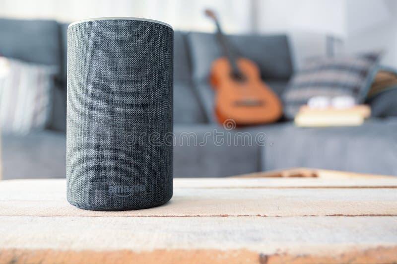 BARCELONA - JULI 2018: De Dienst van Amazonië Echo Smart Home Alexa Voice in een woonkamer op 20 Juli, 2018 in Barcelona