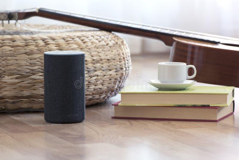 BARCELONA - JULI 2018: De Dienst van Amazonië Echo Smart Home Alexa Voice in een woonkamer op 17 Juli, 2018 stock afbeeldingen