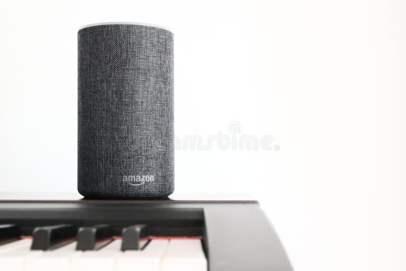 BARCELONA - JUNI 2018: De Dienst van Amazonië Echo Smart Home Alexa Voice op een piano in een woonkamer op 20 Juni, 2018 in Barce royalty-vrije stock foto