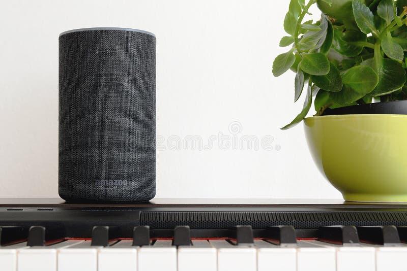 BARCELONA - JUNI 2018: De Dienst van Amazonië Echo Smart Home Alexa Voice op een piano in een woonkamer op 20 Juni, 2018 in Barce stock foto