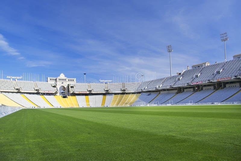 BARCELONA, 10 MAART: Het groene gras van Lluis Companys Olympic Stadium zonder mensen tegen een blauwe hemel op Maart royalty-vrije stock fotografie