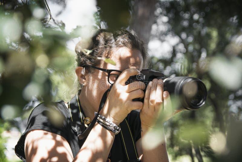 BARCELONA, 23 MAART: Jonge vrouwen professionele fotograaf die beelden met een camera langs een avonturenreis nemen royalty-vrije stock fotografie