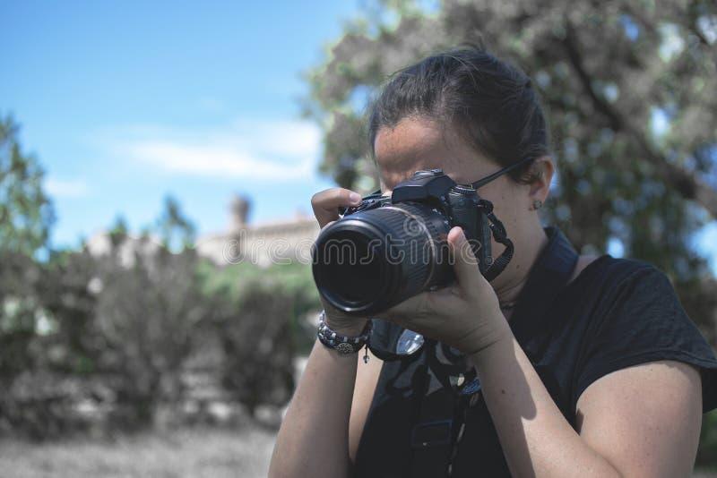 BARCELONA, 23 MAART: Jonge vrouwen professionele fotograaf die beelden met een camera langs een avonturenreis nemen royalty-vrije stock foto's