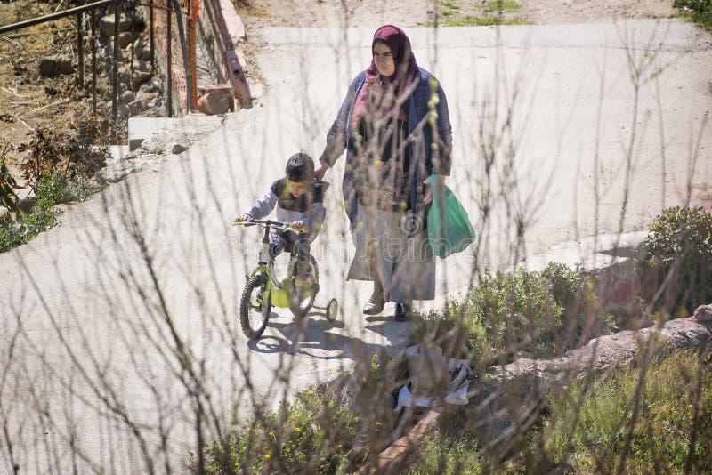 BARCELONA, 24 MAART: Moslimimmigrantenfamilie, moeder en zoon in Europa en de Mediterrane landen royalty-vrije stock fotografie